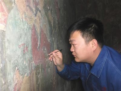 李晓洋在修复壁画。