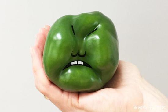 一个愤怒的甜椒,它看起来很生气,脸都绿了。