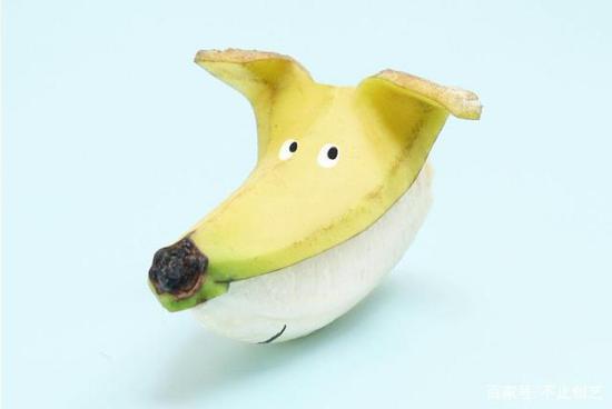 一只香蕉小狗,眼神很机灵嘛。