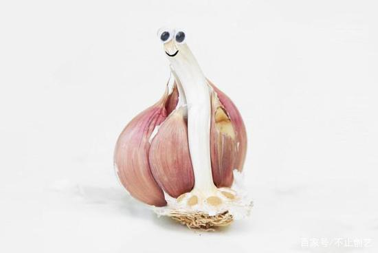 剥开大蒜,偶遇一只蜗牛,真巧。