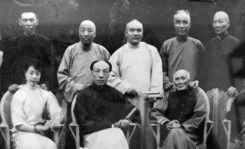 上海滩大佬合影。后排左起:杜月笙、黄金荣、王晓籁、虞洽卿、张啸林 ; 前排左起:雪艳琴、杨小楼、龚云甫