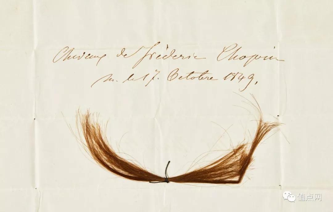 ▲ 一撮萧邦的头发,2016年在伦敦苏富比以约£1.4万成交