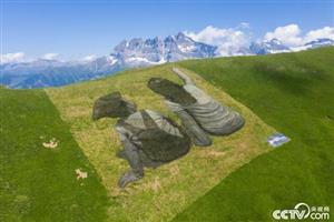 瑞士艺术家山脊作画 美观环保可降解