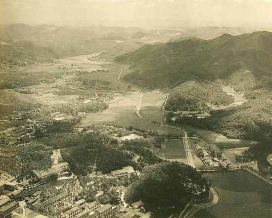 韶山冲鸟瞰图 毛泽东故居位于右中部位置山冲靠近出口处