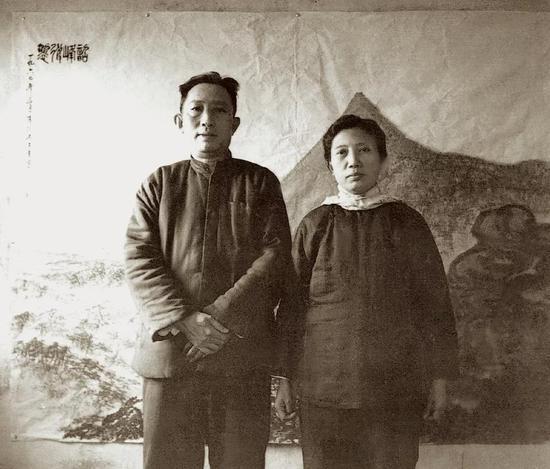 1960年3月,傅抱石夫妇合影于刚完成的《韶峰耸翠》前