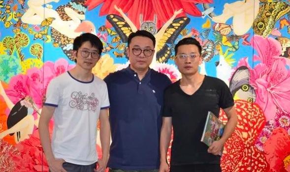 艺术家张弛(中)