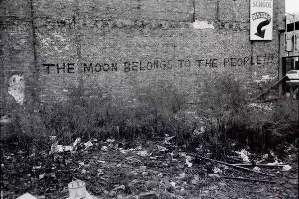 """The Moon Belongs to the People""标语,1971年Stephen Shames拍摄。"