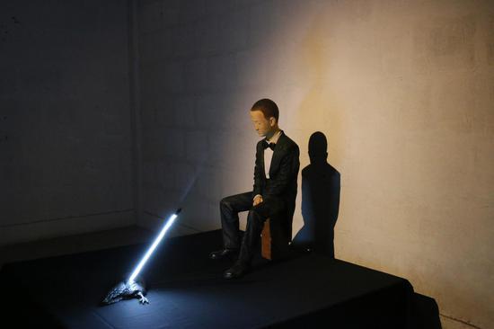 《恋》柏木、布、灯管 160・160・135cm 2018 王卓