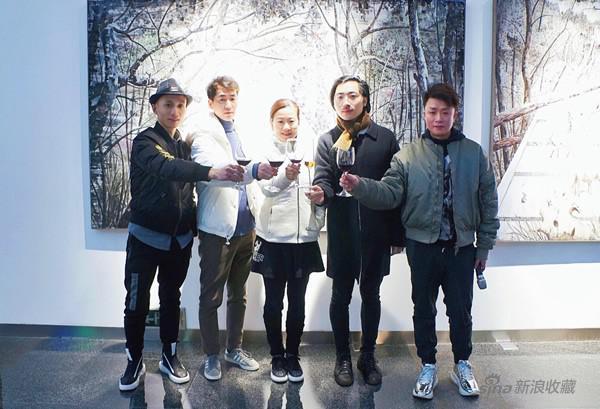 从左至右(策展人张长收、艺术家旁滨、iSGO CEO Maria、艺术家王海龙、iSGO Gallery 罗吟)