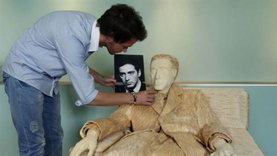 据美国猎奇网站odditycentral.com12月13日消息,日前,克罗地亚艺术家、同时也是《教父》迷的托米斯拉夫霍瓦特(Tomislav Horvat)就用近12万多根火柴精心打造了这样一位帕西诺版的火柴人迈克柯里昂。 想必很多人都看过电影《教父》,并对其中阿尔帕西诺饰演的迈克柯里昂印象深刻吧。但是你见过火柴人迈克柯里昂吗?