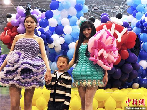 4月26日,美女身着创意气球服饰亮相.