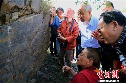 四川金川县发现11世纪到12世纪间的苯教摩崖线刻群