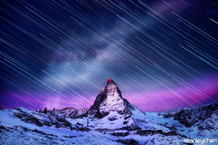寰宇金字塔的塔尖,马特洪峰。从天黑到太阳出来前第一缕朝霞照在雪山山顶的顶尖,此时的马特洪峰像是伫立在宇宙间的烽火台