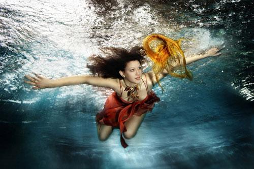 流光溢彩的水下女人摄影
