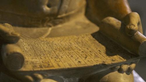 这座雕像的主人公是法老的行政官和主管,雕像描绘他正阅读卷书
