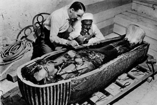 霍华德・卡特在对图坦卡蒙棺木进行研究