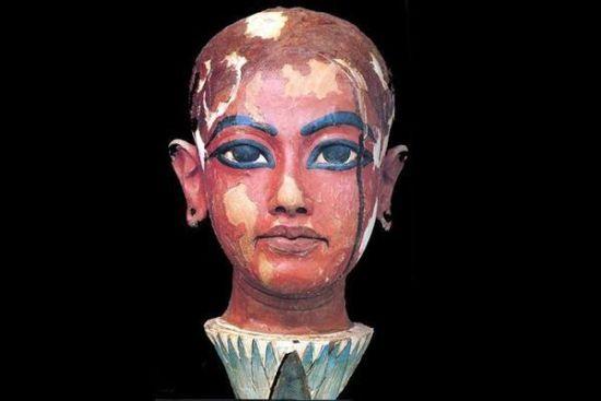 墓穴中一个木雕展现了图坦卡蒙的面部特征