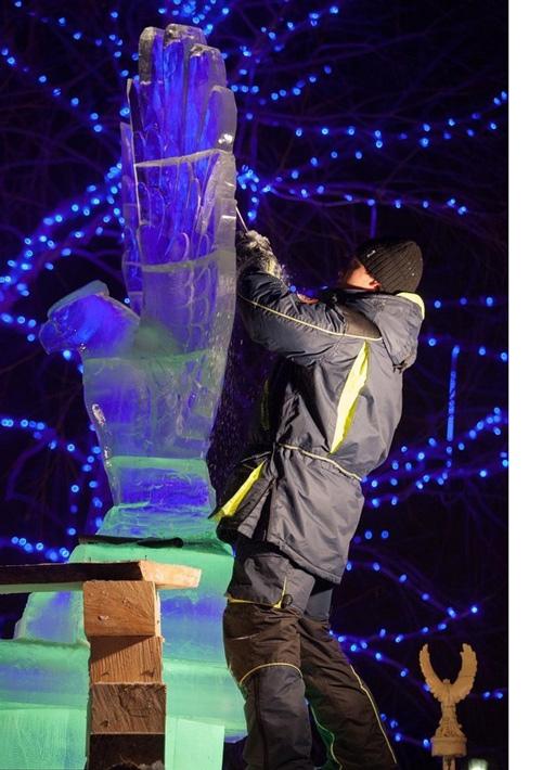 俄罗斯鄂木斯克工人雕刻唯美冰雕