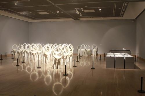 室内陈设中解放出来,走向更大的建筑空间,公共环境空间的装置陶艺与