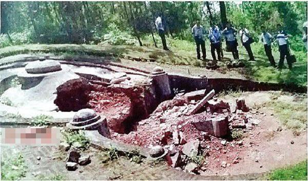 民族英雄刘永福墓地近期发现被不法分子盗挖,墓碑区域发生坍塌。