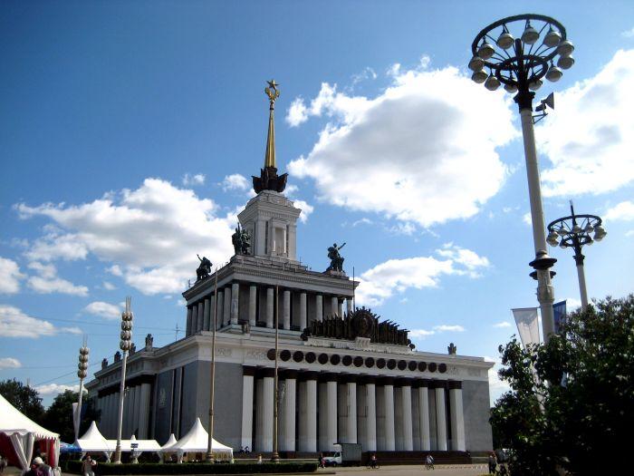 莫斯科双年展在全俄展览中心(VDNKh)1号馆举办