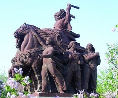 """北京农展馆门前9米高的""""大跃进""""雕塑"""