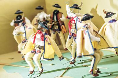 """""""强盗舞""""是聚居在波德海勒地区山民特有的舞蹈,图为身着波德海勒地区民族服装的人偶  雅尼娜·娃歇维奇"""