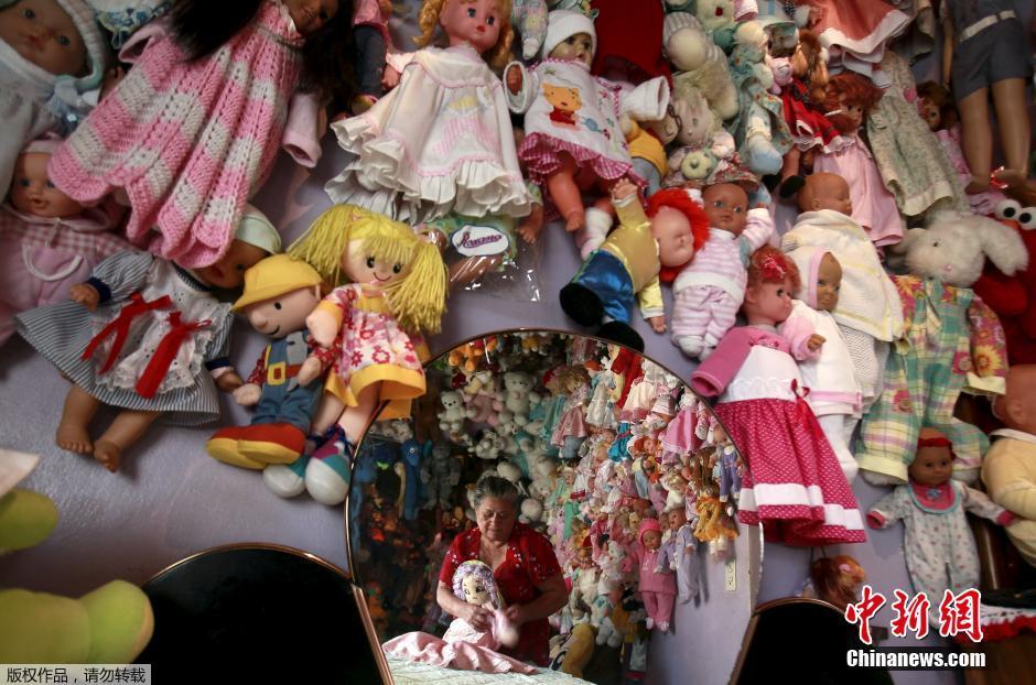 哥斯达黎加70岁老妇人20年收藏玩偶4500个