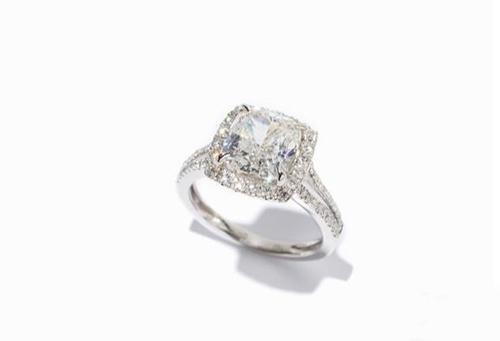 一枚镶嵌了3.15克拉菱形钻石戒指,起拍价为3万欧元