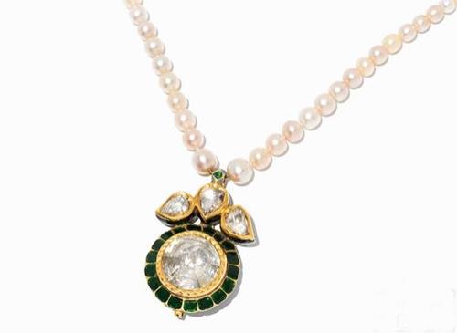 出自1990年的珍珠项链,镶嵌21.6k黄金和钻石,起拍价为2.4万欧元