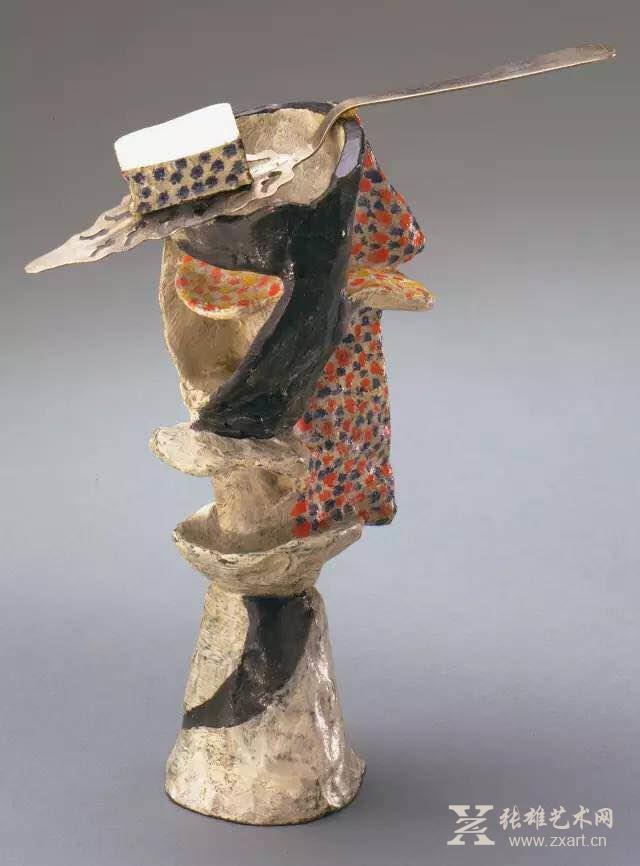 综合材料雕塑《一杯苦艾酒》,1914 雕塑是毕加索人生世界的一种方式,当然也成了我们认识毕加索另一面的方式。在毕加索的画中你可以看到他的思考,而雕塑中也蕴藏了许多毕加索新的想法,让毕加索用于平面表达的语言更加立体丰满,创作题材也更加的漫无天际,一些女性形象在雕塑题材的塑造之下变得更加悲情,能看到与画中同步的悲情色彩,但又差异显著,两条并不相悖的创作轨迹:绘画和雕塑,也让毕加索的思维有时相交有时又离合。 毕加索经历的艺术生涯阶段,被解读为蓝色时期和粉色时期,然而在这之后他也开启了立体主义时期,艺术语言依旧