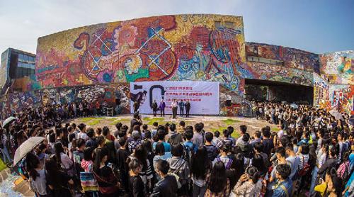 14日,2015四川美术学院教师作品年展在罗中立美术馆展出.图片