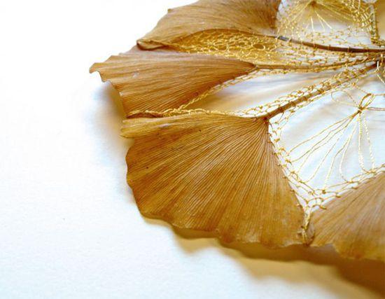 她将刺绣和剪纸工艺运用到银杏叶,枫树叶等真正的树叶上,制成精致而