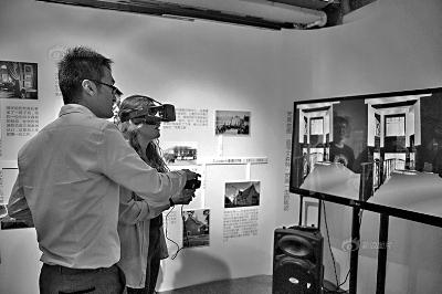 """在""""梵高地图""""展会现场,观众佩戴VR装备,""""走进""""远在荷兰的梵高博物馆"""