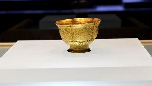 1月25日,辽代文物百余件国宝亮相扬州博物馆,对外公开展出。此次辽代文物精华展历时三个月,将持续至4月25日。内蒙古博物院副院长付宁今天在展会现场称,展品中的60%是国宝,使观众能够近距离接触这些稀世珍品,触摸历史的脉络,体会不同的文化,是我们展览的目的。   契丹民族发源于内蒙东部西辽河上游。唐末,崛起于北方草原,由耶律阿保机统一各部,创立契丹国;947年,耶律德光统一中国北方,改国号为辽;1125年,辽国为金所灭。辽王朝一度国势强盛,地域宽广,曾纵横驰聘欧亚草原,雄踞北方二百余年,与北宋