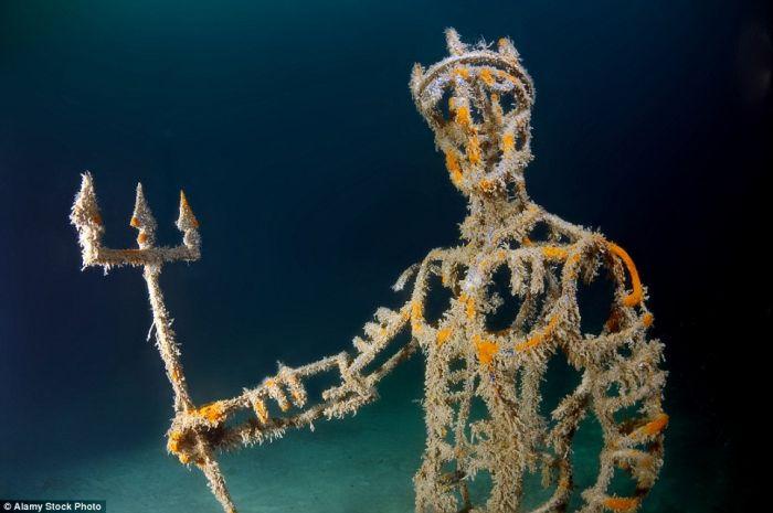 希腊神话中的海神Neptune,手上还拿着三叉杖