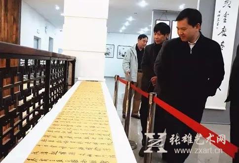 东山县委书记黄水木(中)观看展览