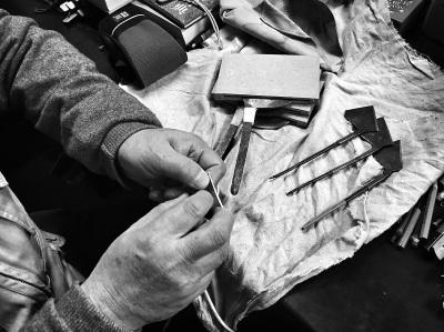 """""""苏裱""""在修复古画过程中必不可少的马蹄刀。"""