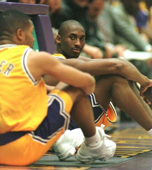 1996年11月4日(北京时间),科比首次披上湖人战袍出现在NBA赛场上。