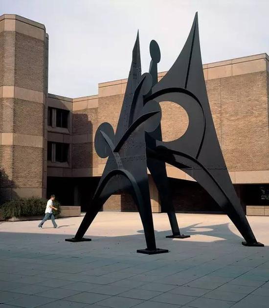 1971年11月,美国极简主义雕塑家理查德·塞拉(richard serra)的