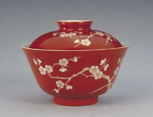 清道光珊瑚红地白梅花纹盖碗 北京故宫博物院藏