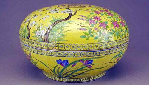 清光绪黄地粉彩花卉纹粉盒 北京故宫博物院藏