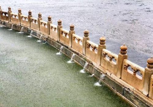 北京暴雨 故宫因完善的排水系统无积水