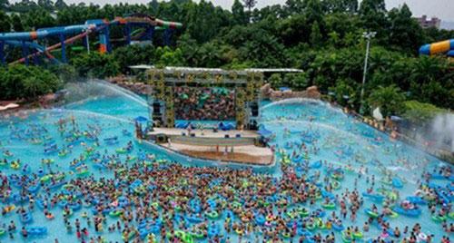 大暑时节游客在广州长隆水上乐园畅快玩水。中新社发 刘卫勇 摄