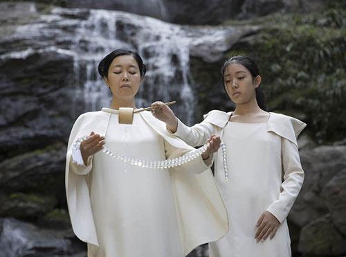 森万里子在《环:自然的唯一》揭晓仪式的表演现场。图片:Courtesy of the Faou Foundation.