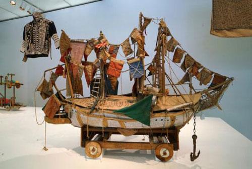 阿瑟・毕思坡・多罗萨里奥用各种废旧材料制作雕塑作品