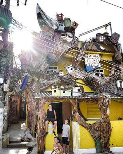 缠绕在外墙上的巨型木头装置出自于艺术家