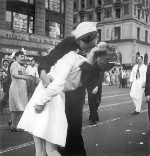"""""""胜利之吻""""的照片成为传世的经典历史画面。(图片来源:美联社)"""