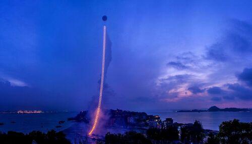 蔡国强,《天梯》(Sky Ladder,2015)。图片:Courtesy of Cai Studio/Netflix.