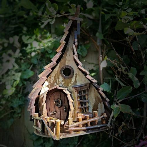 一个木匠手工制作新奇古怪的木头鸟窝
